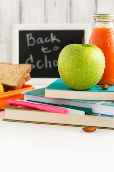 Lunch box per la scuola con sandwich, frutta e noci