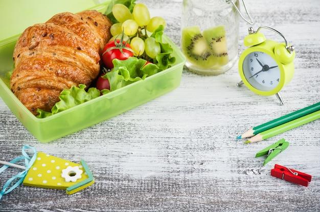 Lunch box verde con cornetto, insalata