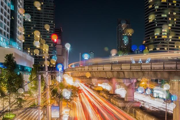 Lunga esposizione del traffico e costruzione di notte