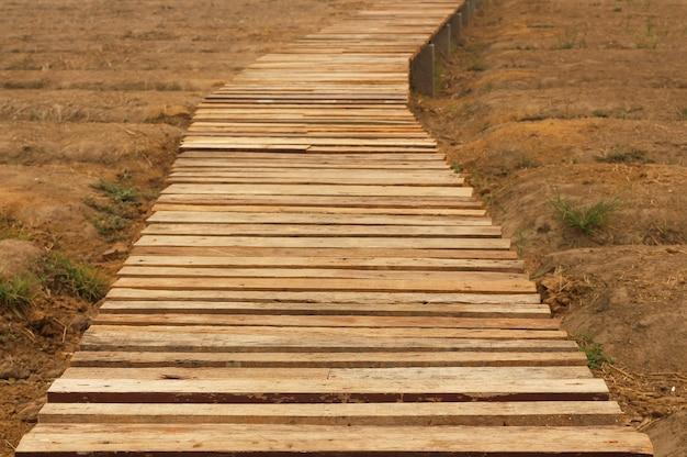 Lunga passerella in legno che si estende per svuotare l'orto.
