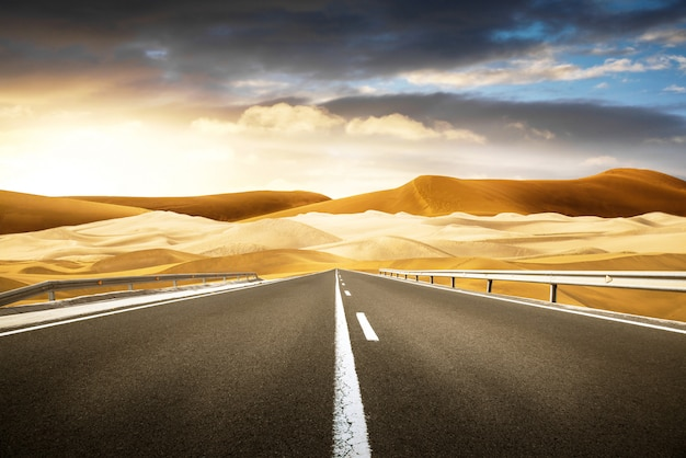 Lunga strada nel deserto