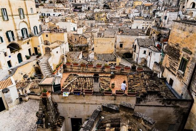 Lunghe vedute panoramiche sul centro storico roccioso di matera con i suoi tetti in pietra.