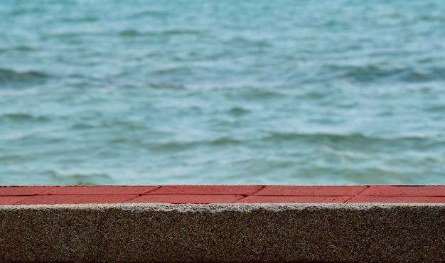 Lungo ponte pedonale nel bellissimo mare e bellissima acqua di mare