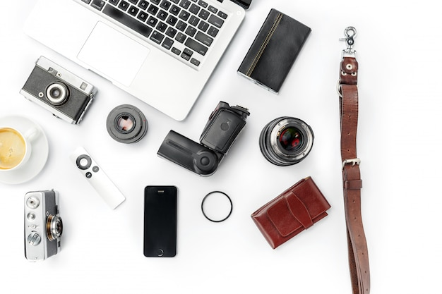 Luogo di lavoro. accessori e computer portatile maschii moderni su bianco