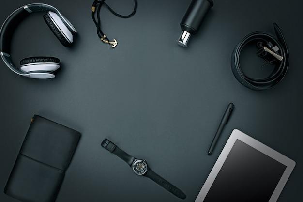 Luogo di lavoro. accessori e computer portatile maschii moderni su fondo nero