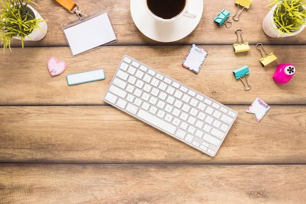 Luogo di lavoro accogliente con tastiera e caffè