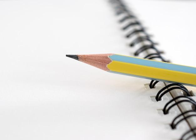 Luogo di lavoro con blocco note e matita, matita e notebook per sfondo bussiness.