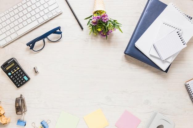 Luogo di lavoro con oggetti di ufficio in cerchio