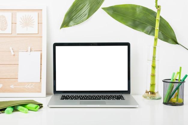 Luogo di lavoro confortevole con computer portatile sulla scrivania a casa