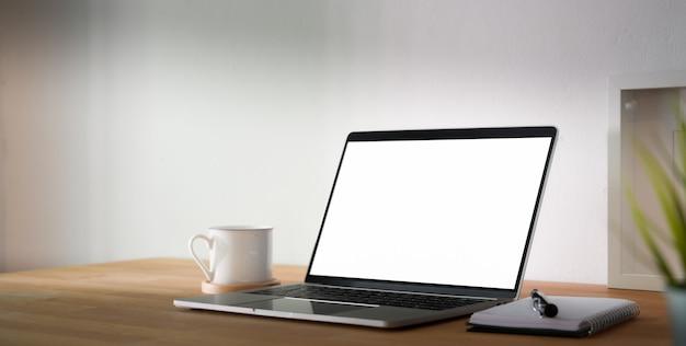 Luogo di lavoro confortevole con tablet con schermo vuoto e forniture per ufficio