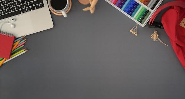 Luogo di lavoro creativo moderno con spazio di copia