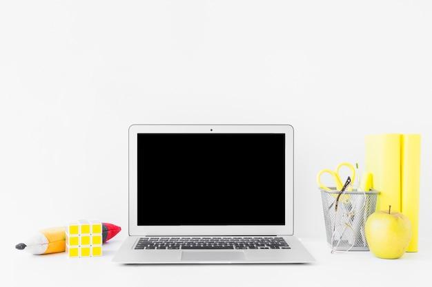 Luogo di lavoro creativo per studi con dettagli gialli