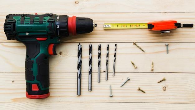 Luogo di lavoro del carpentiere con trapano e righello
