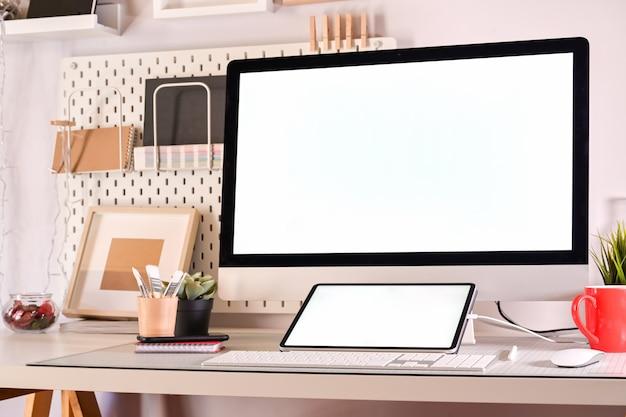Luogo di lavoro del progettista creativo con computer desktop e disegno schizzi tablet.