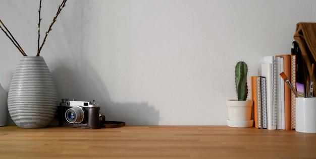 Luogo di lavoro di design confortevole con forniture per ufficio e spazio di copia