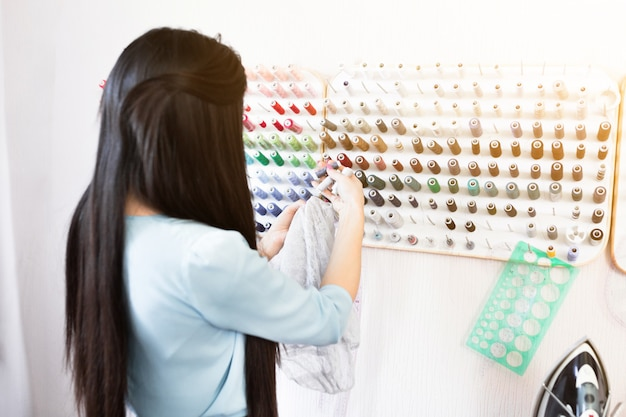 Luogo di lavoro di design, piccola impresa o startup. industria tessile leggera, concetto di momenti creativi