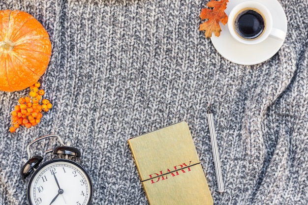 Luogo di lavoro domestico con la tazza di caffè sul plaid a maglia