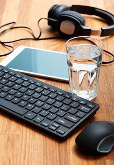Luogo di lavoro e bicchiere d'acqua
