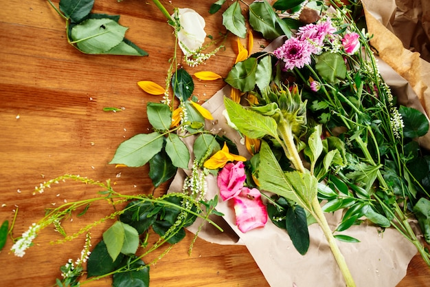 Luogo di lavoro fiorista con fiori freschi