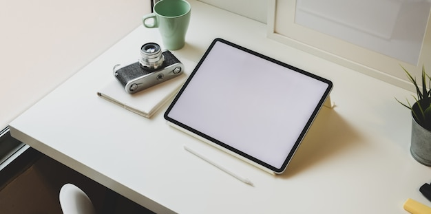 Luogo di lavoro fotografo alla moda con tablet schermo vuoto