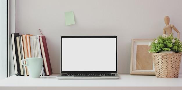 Luogo di lavoro minimo con laptop schermo vuoto