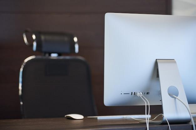 Luogo di lavoro moderno. posto di lavoro in ufficio per designer. area desktop minima per un lavoro produttivo. concetto di licenziamento.