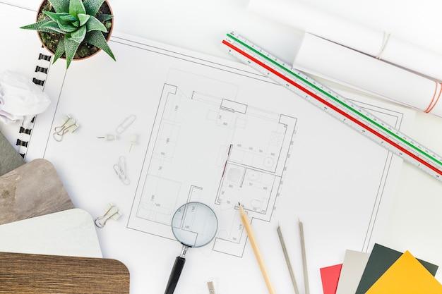 Luogo di lavoro tavolo interior designer con piano casa