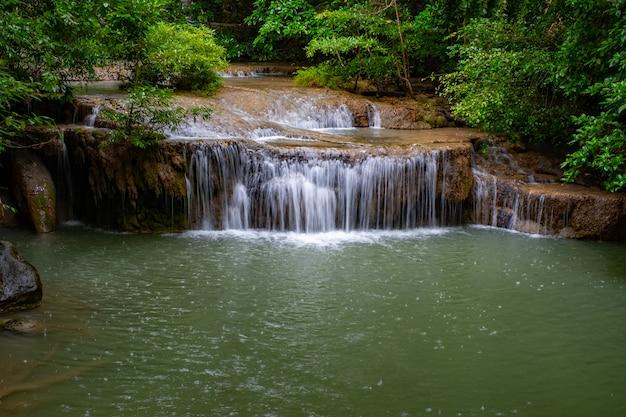 Luogo famoso in tailandia (caduta dell'acqua di arawan)