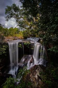 Luogo famoso in tailandia (penpobmai water fall nel parco nazionale di phukadueng)