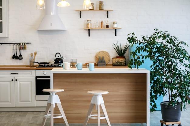 Lussuosa cucina bianca e soggiorno in una grande casa