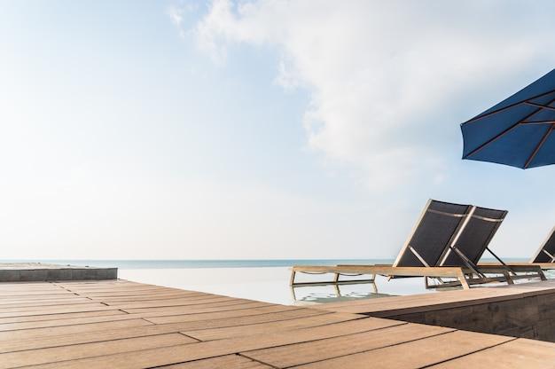 Lussuosa piscina a sfioro con solarium e terrazza molto belli e rilassanti nel periodo estivo