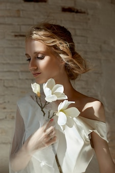 Lussuoso abito da sposa bianco sul corpo della ragazza. nuova collezione di abiti da sposa. mattina sposa, una donna che aspetta lo sposo prima della cerimonia di nozze. giovane sposa in un abito lungo
