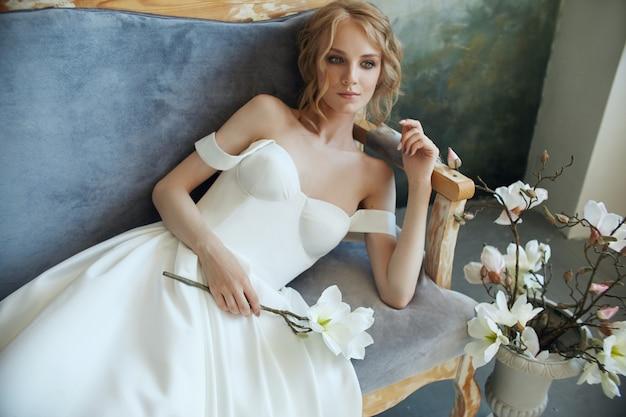 Lussuoso abito da sposa bianco sul corpo della ragazza. nuova collezione di abiti da sposa