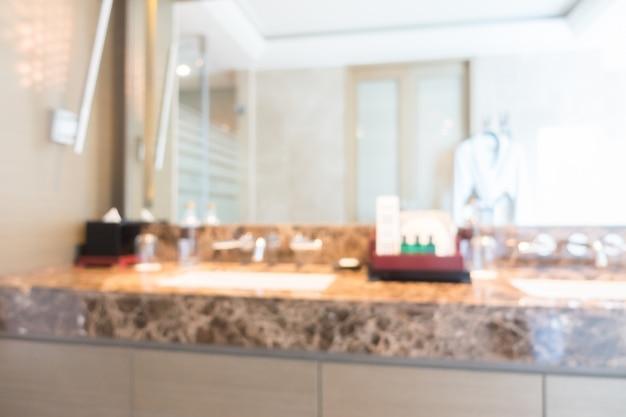 Lussuoso bagno con un grande specchio