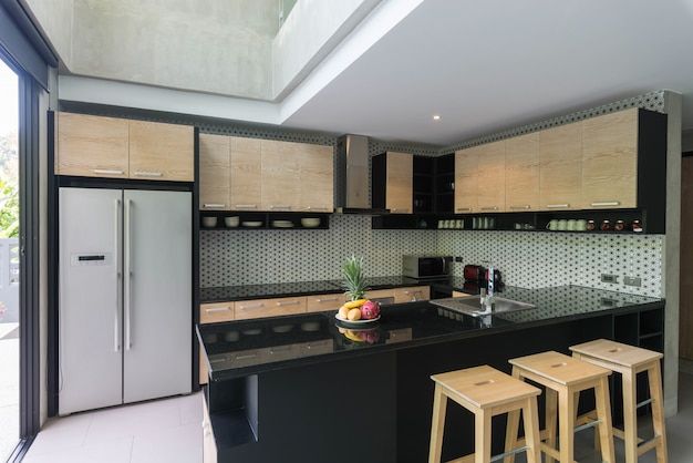 Lussuoso design di interni in stile loft in cucina con bancone con isola