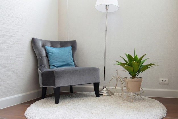 Lussuoso divano in tweed grigio con cuscino blu nel soggiorno