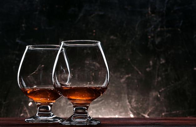 Lussuoso e costoso brandy francese in un bicchiere