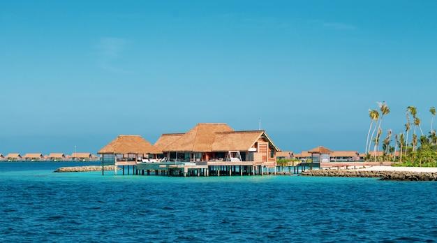 Lussuoso resort su un'isola delle maldive.