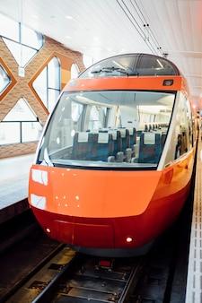 Lussuoso treno giapponese in auto con una bella vista