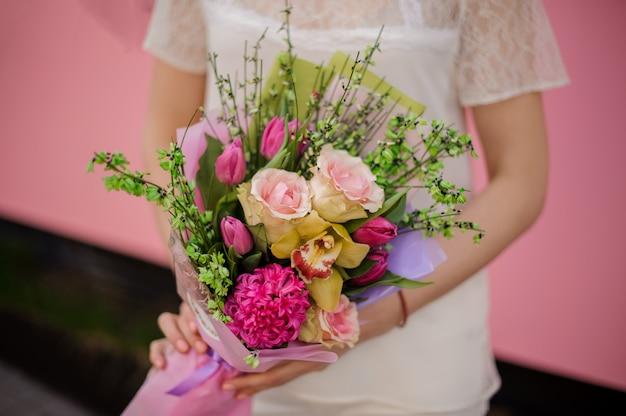 Lussureggiante bouquet di rose, iris e tulipani