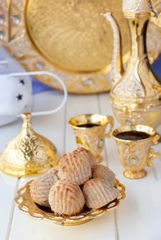 Maamoul tradizionale arabo riempito di pasta o biscotto con datteri o anacardi o noci o mandorle o pistacchi.
