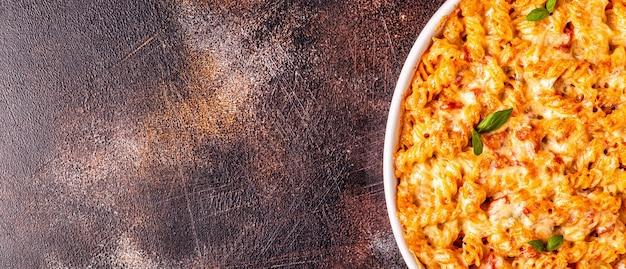 Mac e pasta al formaggio al forno con salsa di formaggio