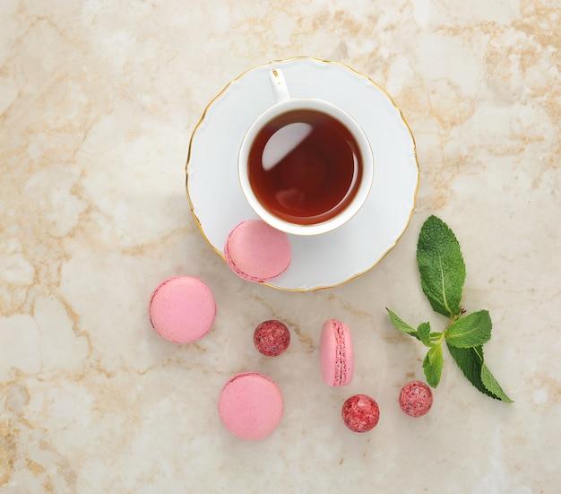 Macaron colorato con una tazza di tè