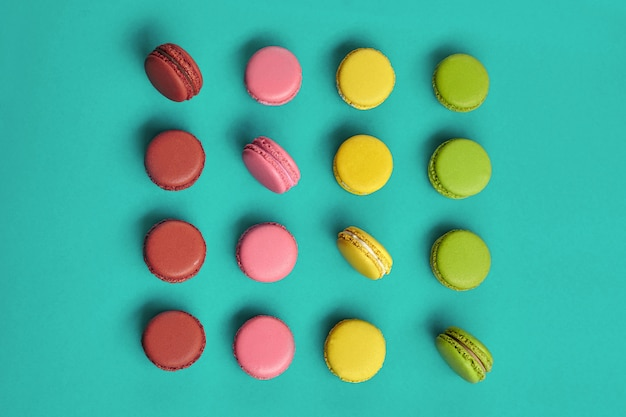 Macaron colorato, confezione dolce a base di meringa su sfondo blu