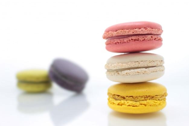 Macaron francese variopinto sui precedenti bianchi