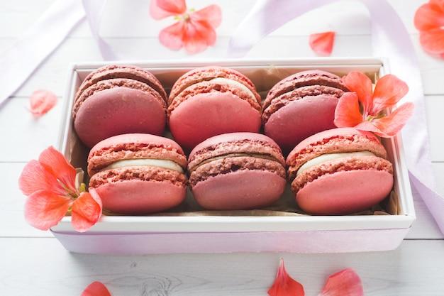 Macaron o maccheroni rosa del dessert in una scatola