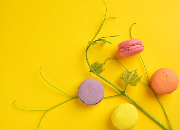 Macarons al forno multicolori rotondi