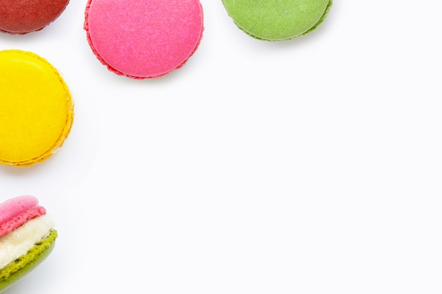Macarons colorati su sfondo bianco
