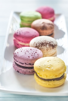 Macarons colorati sul piatto bianco