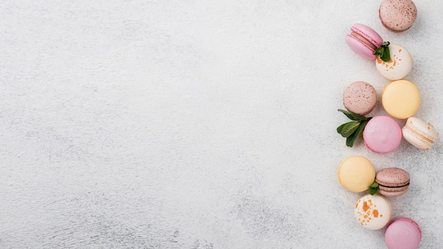 Macarons con menta e copia spazio